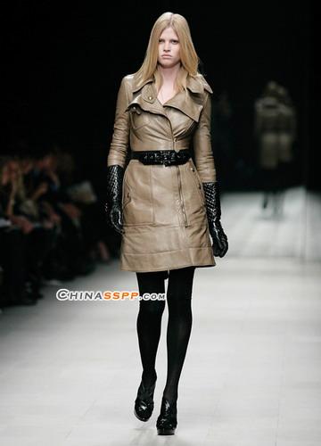 出现在整个秋冬秀场的黑色格纹手套