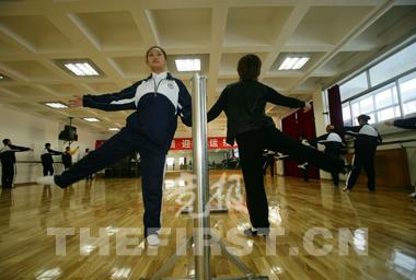 男女生一起参加形体课训练。 竞报记者王鹏军/摄