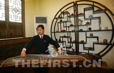 茶艺专业教室内还摆放着古筝,供同学们闲暇时练习。