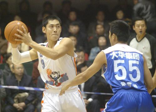 图文:[NBA]辽宁主场战福建 张庆鹏对位胡雪峰
