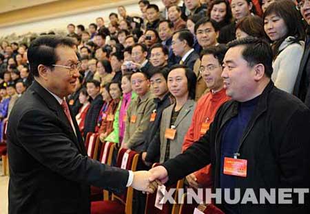 11月13日,全国青年作家创作会议在北京召开。中共中央政治局常委李长春出席会议并讲话。这是李长春接见出席会议的代表。 新华社记者李学仁摄