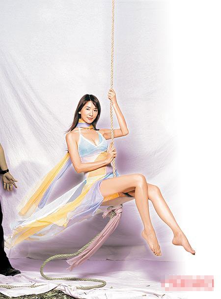 5年来,林志玲在唐安麒代言广告中展现性感魅力。