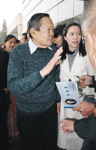 杨振宁解释gdp_91岁杨振宁携36岁妻子亮相 揭杨振宁翁帆爱情故事