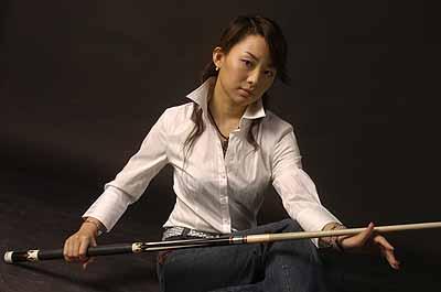 图文:潘晓婷纯情绝美写真 手握球杆尽显英气