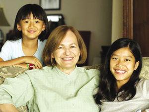 博珍妮和她收养的2个中国女儿