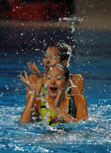 图文:中国花泳双胞胎姐妹 认真比赛