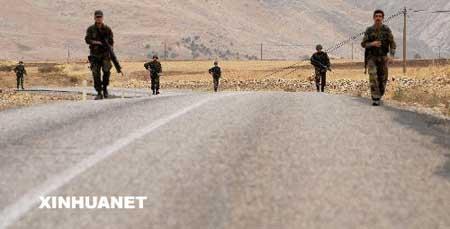 11月6日清晨,土耳其士兵在土耳其东南部舍尔纳克的公路上扫雷巡逻。目前,土耳其在东南部边境陈兵超过10万。由于担心库尔德工人党武装人员利用夜间潜入,在道路两侧埋设地雷,土耳其安全部队每天早晨在5点至7点之间要沿边境公路扫雷巡逻。新华社记者郭磊 摄