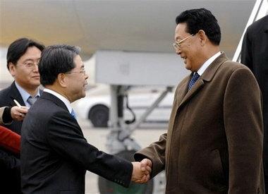 韩国统一部长官李在祯(左)迎接朝鲜总理。