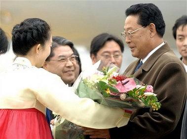 朝鲜总理接受鲜花。
