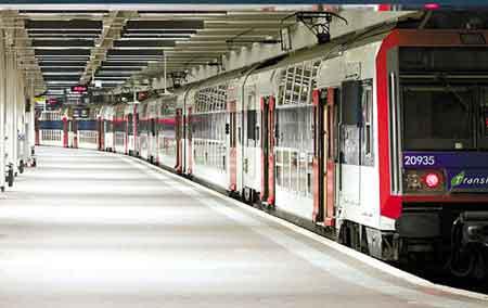 13日,空无一人的法国巴黎地铁站台