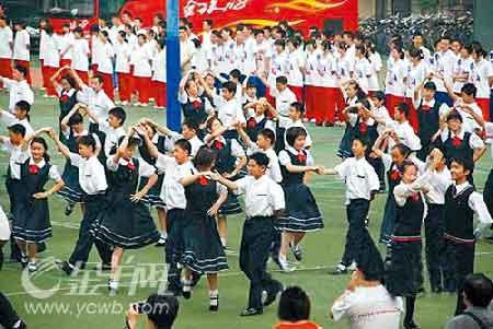 有关人士提出质疑,在中小学校园如此集体舞能跳得起来吗?