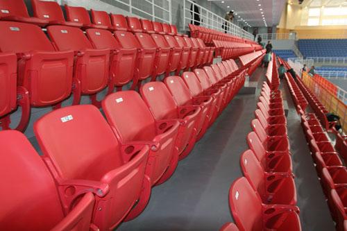 图文:北京科技大学体育馆竣工 东西侧红色座席