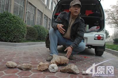 这些神秘的石头是新乡市民郭先生从一座野山上发现的。