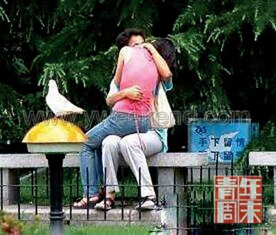 大学生情侣亲热照片-南京财大称公开学生 激情照 为诫不为惩 图