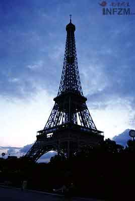 埃菲尔铁塔周围的战神广场是1900年奥运会的部分比赛场地