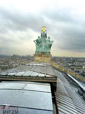 """从巴黎歌剧院屋脊眺望巴黎天际,整个巴黎城尽收眼底。19世纪中叶建造歌剧院时,为解决建筑重量不均衡的问题,在剧院地下挖了个人工湖,这个地下湖成为剧院""""闹鬼""""传说之由来,也因此有了百老汇音乐剧《歌剧魅影》中""""闹鬼""""的情节"""