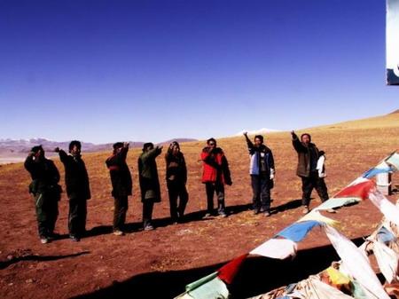 藏族司机在界山达坂举行敬天仪式