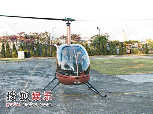 陶子乘坐直升机宣传新节目
