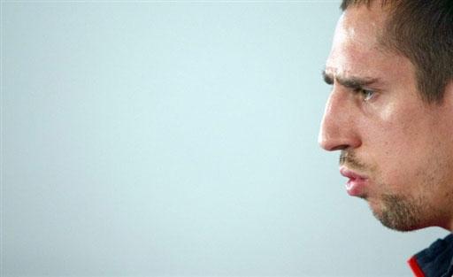 图文:[友谊赛]法国队积极备战 里贝里目光凝重