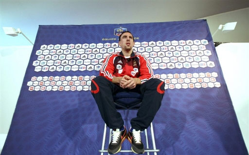 图文:[友谊赛]法国队积极备战 里贝里高高在上