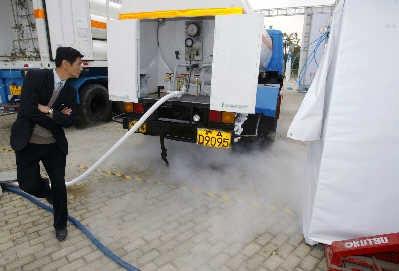 第二期中国燃料电池公共汽车商业化示范项目昨日启动,图为移动加氢站 早报记者赵昀图