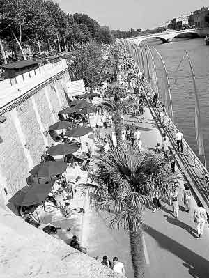 巴黎塞纳河边的人造沙滩
