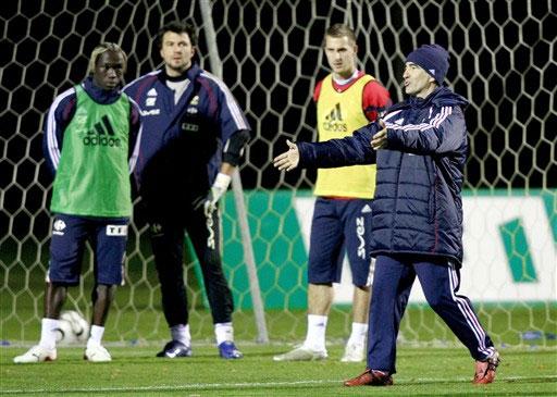 图文:[友谊赛]法国队积极备战 主教练指挥球队