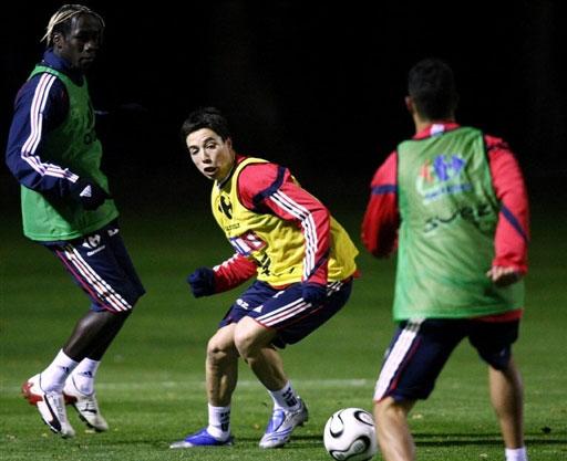 图文:[友谊赛]法国队积极备战 纳斯里积极拼抢