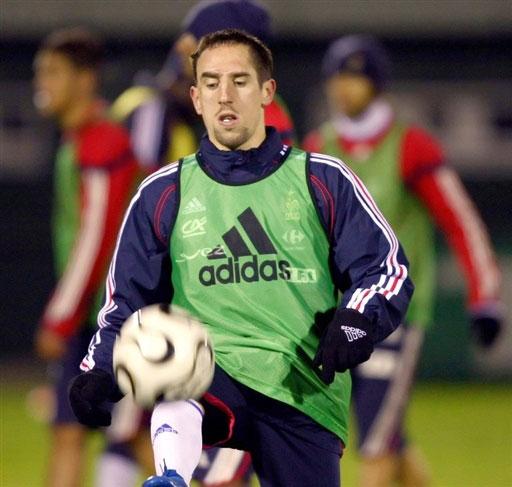 图文:[友谊赛]法国队积极备战 里贝里紧盯皮球