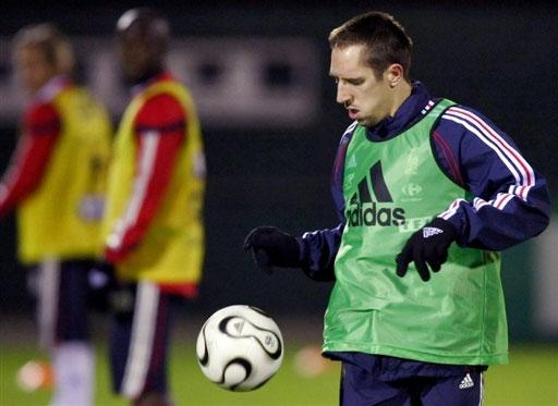 图文:[友谊赛]法国队积极备战 里贝里认真训练