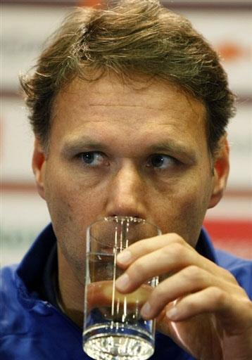 图文:[欧锦赛]荷兰积极备战 范巴斯滕一脸严肃