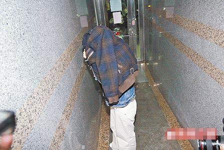 裴琳昨晚以两万元交保后,回三重友人家避难,以外套蒙头躲媒体
