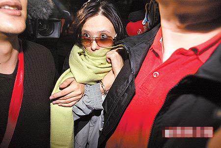 萧淑慎昨晚以五万元交保,面对媒体询问不发一语,并由朋友开车载回住处。