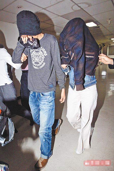 裴琳(右)昨戴手铐用衣服盖住头,与友人步出刑事局。