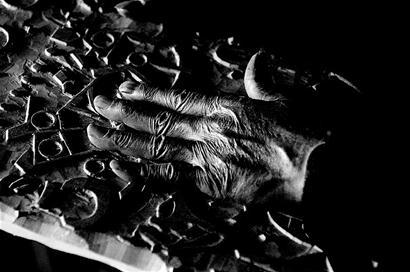 见证着陈义文从事木版画雕刻