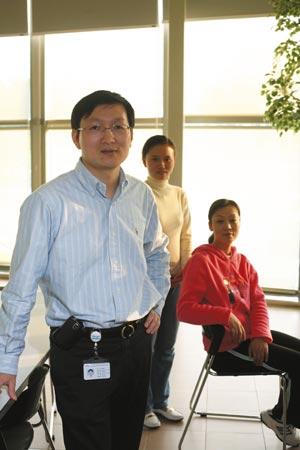 礼来公司苏州药厂厂长张春华、一线工人臧玉琴(中)和人力资源部经理朱华(右)(关海彤摄)
