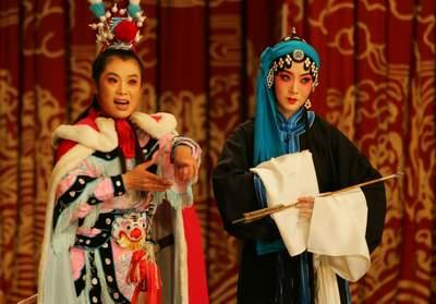 刘惠欣(右)正在演《打猎·井会》。