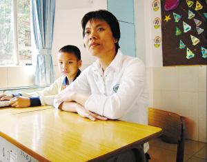 母子俩一起上课,尽管只有43岁,罗金莲已生出不少白发。