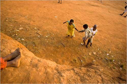非洲贫困儿童遭清巫虐待 被弃街头殴打致死(图)