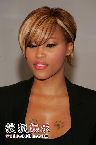 组图:伊娃大秀胸前纹身 艳星红唇惹眼举止优雅