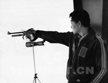 许海峰在射击比赛中为中国获得首金