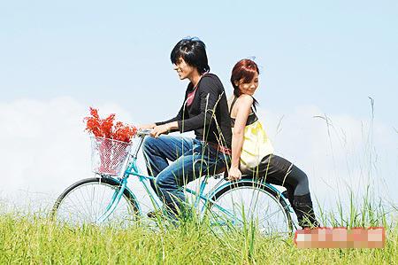 梁静茹(右)被男模骑单车反载,看似悠哉,其实心里很害怕