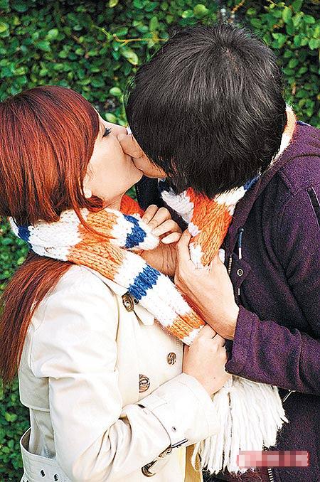 梁静茹(左)与混血男模Teddy用围巾缠绕激吻,情节浪漫