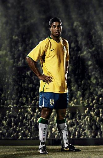 巴西国家队发布新球衣 小罗酷炫广告亮相图片