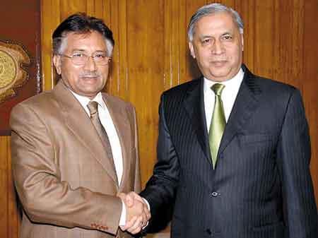 穆沙拉夫(左)和完成任期的总理阿齐兹握手。总理完成任期在巴基斯坦的历史上是第一次