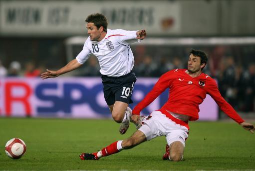 图文:[热身赛]奥地利VS英格兰 欧文被放倒