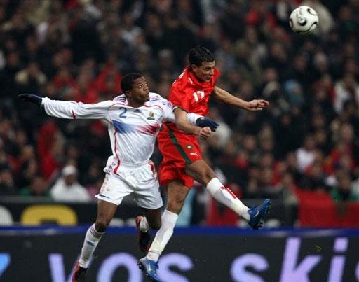 图文:[热身赛]法国2-2摩洛哥 埃弗拉空中争抢
