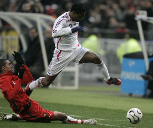 图文:[热身赛]法国2-2摩洛哥 埃弗拉躲避飞铲