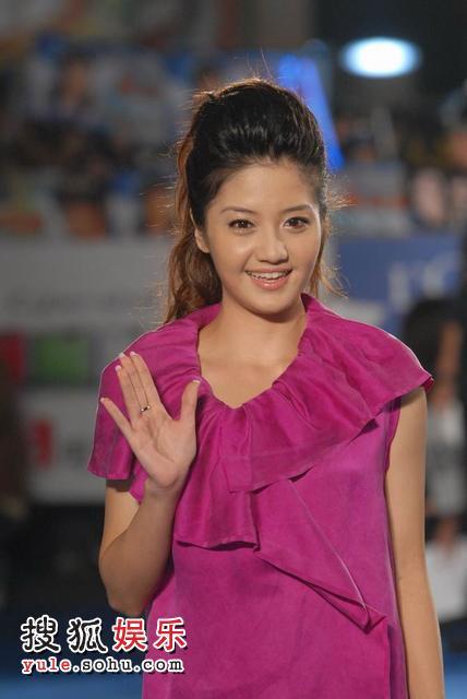 李宣榕穿紫色小礼服亮相红毯