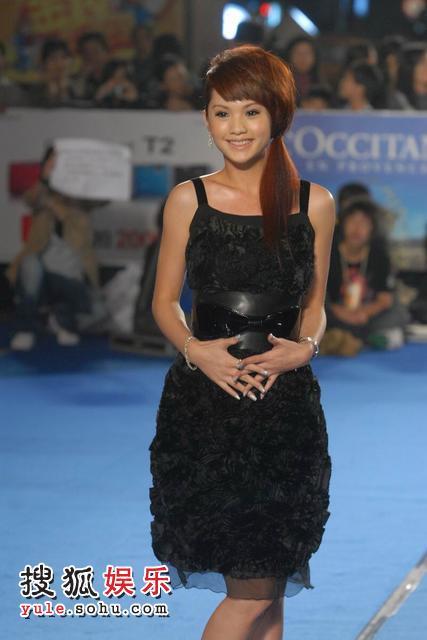 图:杨丞琳黑色玫瑰礼服亮相 小女人味十足- 1